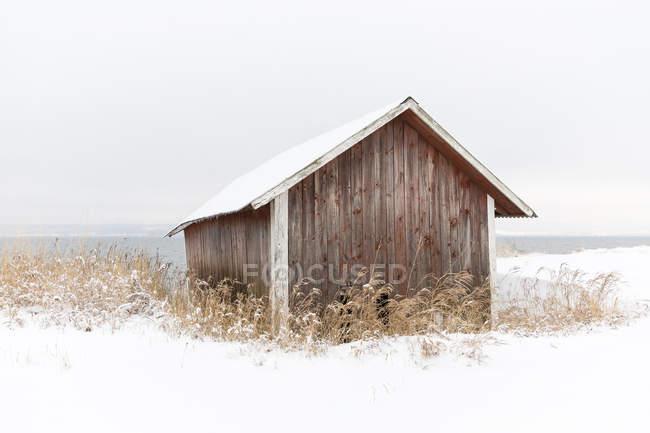 Fienile in legno nella neve, attenzione selettiva — Foto stock