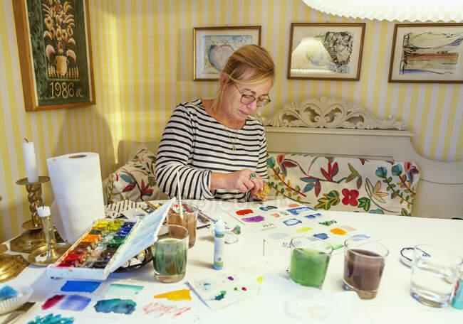 Donna matura pittura con acquerelli — Foto stock