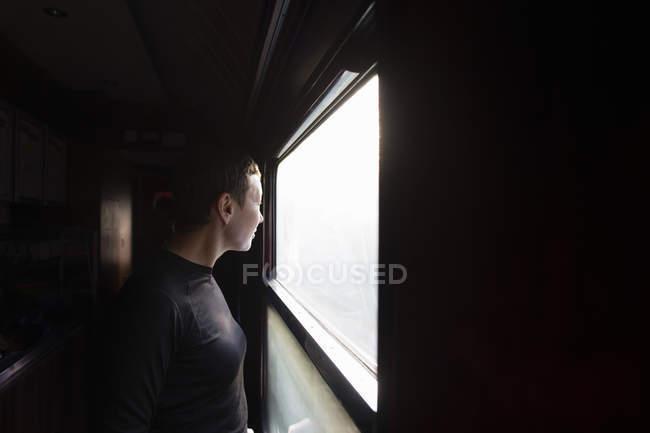 Femme regardant par la fenêtre du train, orientation sélective — Photo de stock