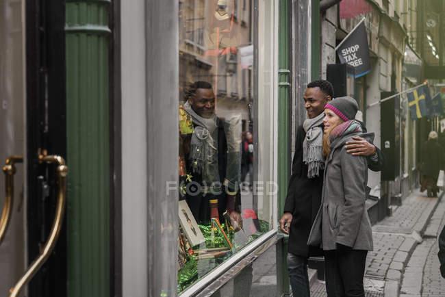 Coppia shopping alla Fiera di Natale, guardando vetrina — Foto stock