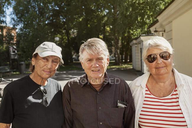 Ritratto di persone anziane in piedi insieme e guardando la fotocamera all'aperto — Foto stock