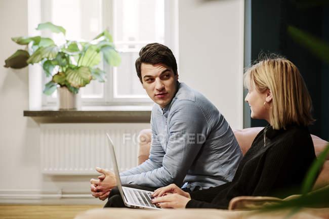 Mitarbeiter mit Laptop schauen einander an — Stockfoto