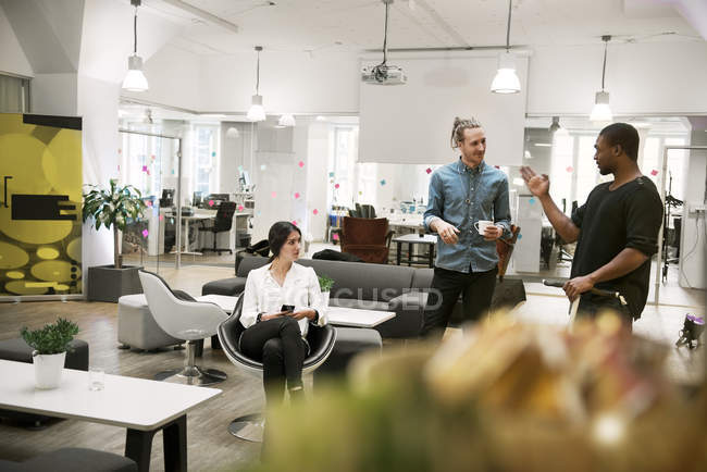 Mitarbeiter im Büro im Gespräch, selektiver Fokus — Stockfoto
