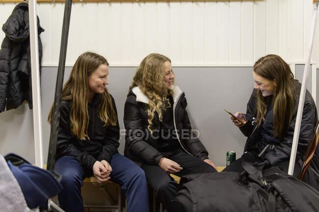 Girls in changing room prepaing for ice hockey training — Stock Photo