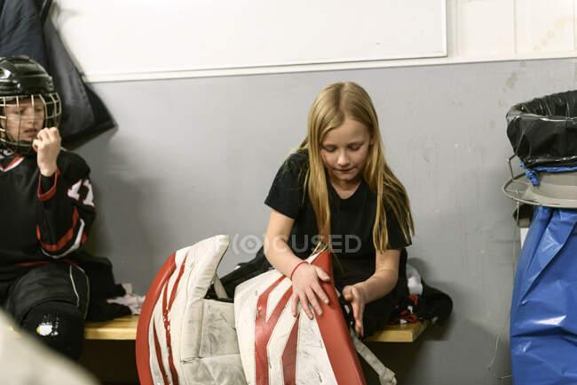 Les filles dans le vestiaire préparant pour l'entraînement de hockey sur glace — Photo de stock