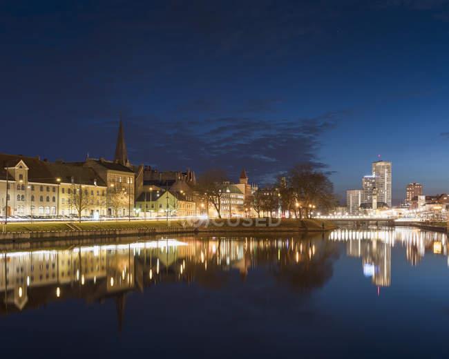 Иллюминированные здания ночью в Мальме, Швеция — стоковое фото