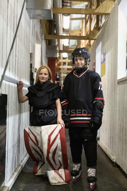 Les filles en uniforme de hockey sur glace regardent la caméra — Photo de stock
