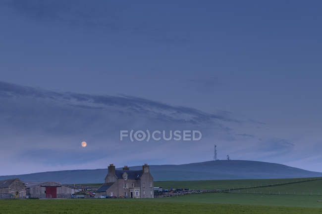 Farmhouse and barn at sunset in Shetland, Scotland — Stock Photo