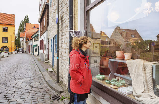 Mid adult woman looking at store window, shopping concept — Stock Photo