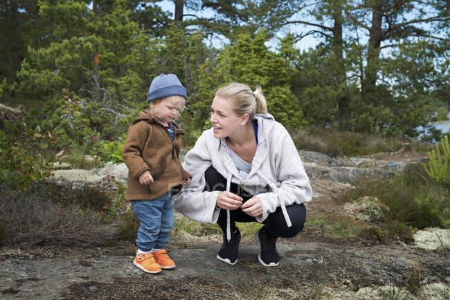 Giovane donna con figlia che cammina nella foresta — Foto stock