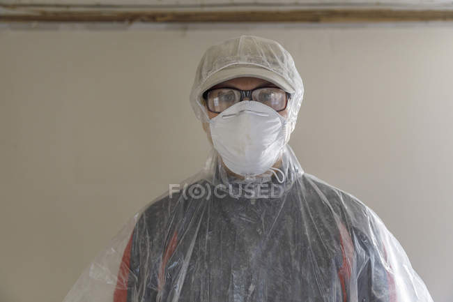 Femme mûre rénovation maison, foyer sélectif — Photo de stock