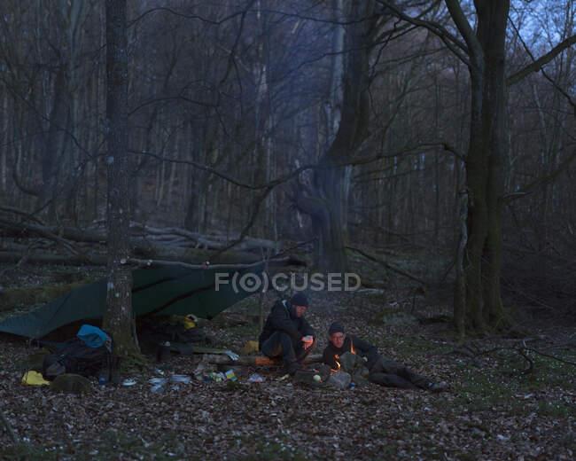 Männer kampieren nachts im Wald — Stockfoto