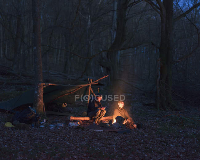 Men camping in forest at night, selective focus — Photo de stock