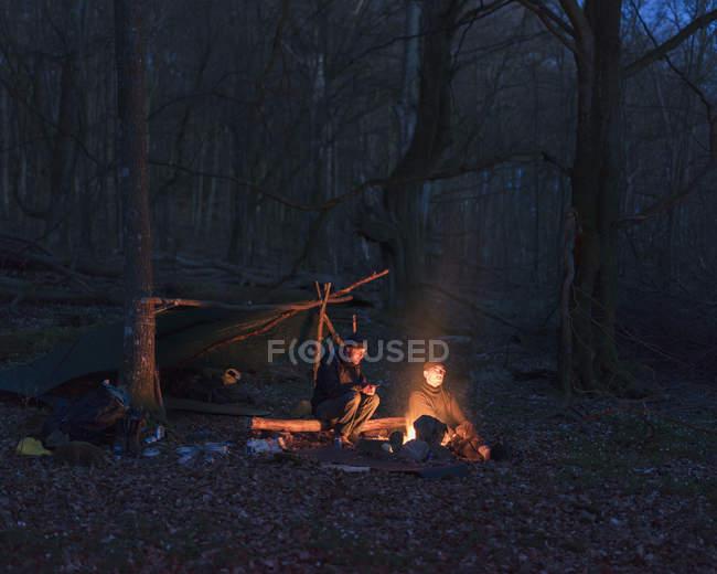Männer kampieren nachts im Wald, selektiver Fokus — Stockfoto