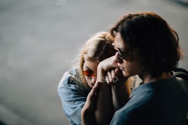 Sinnliche junge Paar Sonnenbrille Kamera posieren — Stockfoto
