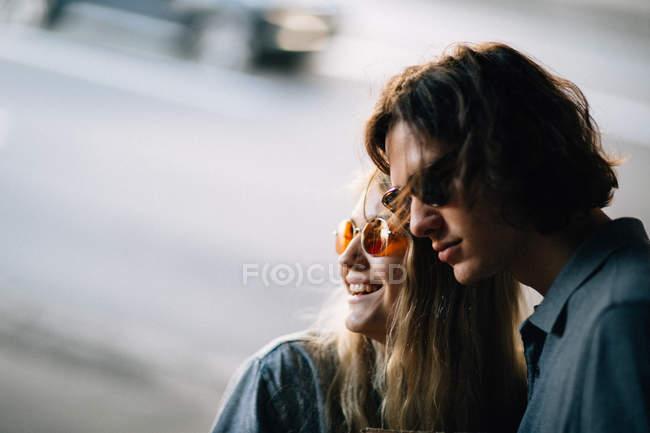 Casal jovem elegante em copos em cena de rua — Fotografia de Stock