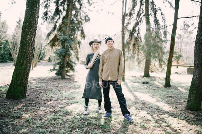 Stilvolle lächelnde paar posiert auf Natur und wegsehen — Stockfoto