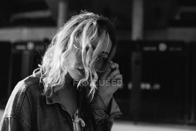 Young adult woman in casual clothing in cityspace, black and white — Stock Photo