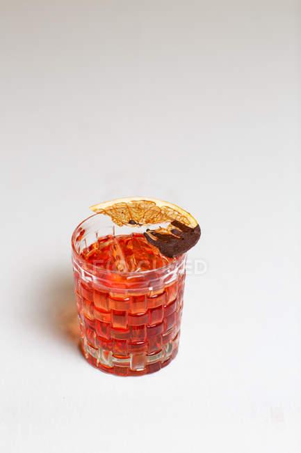 Закри вид коктейль з сушених лимоном на білому тлі — стокове фото