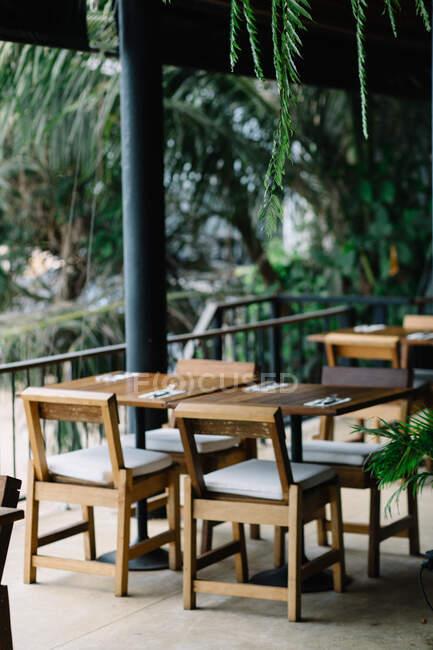 Внутрішні деталі ресторану з меблями. — стокове фото