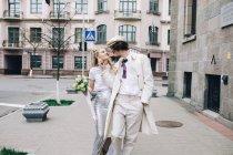 Молодая пара, идущая по городской улице — стоковое фото