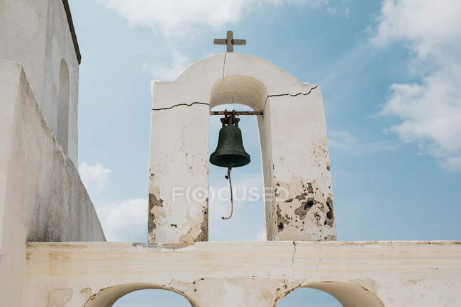 Scenic view of church bell and cross in majestic Santorini, South Aegean, Thira, Santorini, Greece — Stock Photo