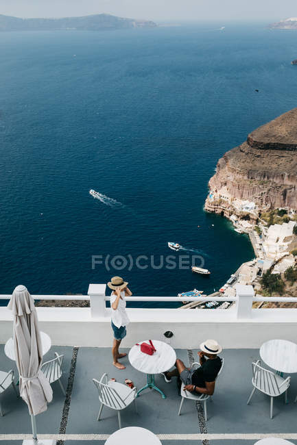 Scenic view of hotel in majestic Santorini with relaxing travelers, South Aegean, Thira, Santorini, Greece — Stock Photo