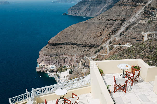 Scenic view of hotel and mountains in majestic Santorini, South Aegean, Thira, Santorini, Greece — Stock Photo