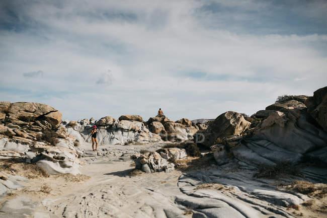 Vue panoramique sur la belle volcanique plage de Paros, mer Égée, Cyclades, Grèce — Photo de stock