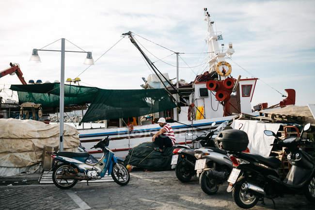 Vue panoramique du bateau et vélo à Paros, en mer Egée, Cyclades, Grèce — Photo de stock