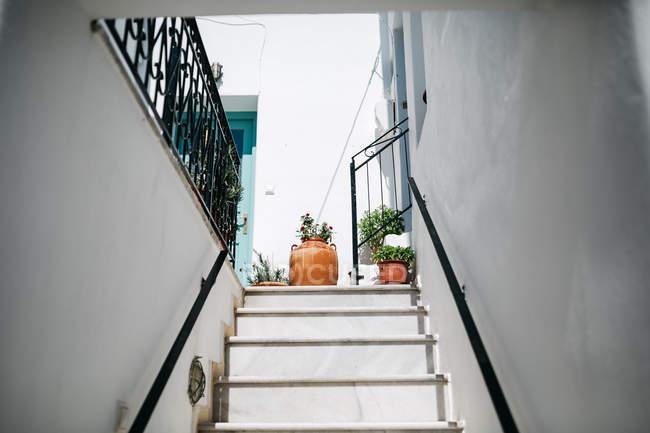 Treppenhaus des Gebäudes auf Paros, Ägäis, Kykladen, Griechenland — Stockfoto