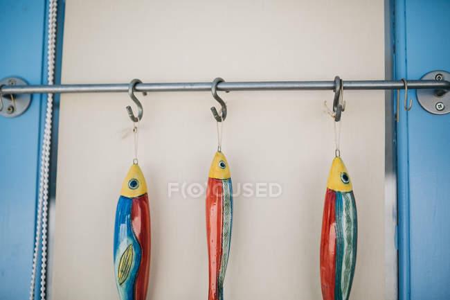 Vista close-up de iscas de pesca penduradas em ganchos — Fotografia de Stock