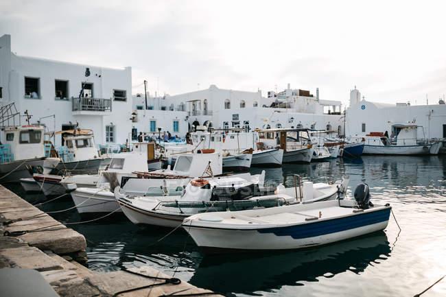Vue panoramique sur l'architecture majestueuse de Paros, en mer Egée, Cyclades, Grèce — Photo de stock