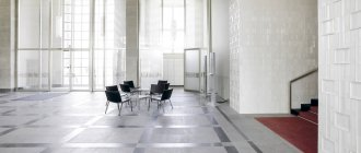 Table and chairs in the lobby of a modern office building — Stock Photo