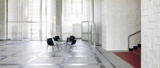 Tisch und Stühle in der Lobby eines modernen Bürogebäudes — Stockfoto
