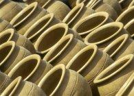 Vista laterale di vasi in ceramica, telaio completo — Foto stock