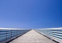 Wide boardwalk to the sea, California, USA — Stock Photo