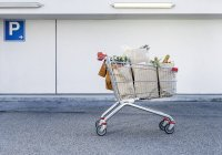 Full shopping cart in parking lot — Stock Photo