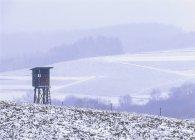Jaegerstand en invierno nevados campos y colinas en el fondo - foto de stock