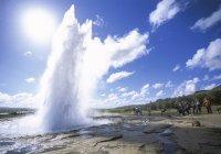 Ісландія, Strokkur, фонтан проти неба і людей на фоні — стокове фото