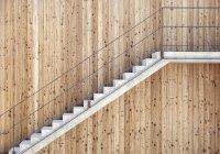 Escaleras en fachada de madera al aire libre - foto de stock