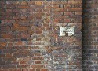 Alte Mauer mit Schild im freien — Stockfoto