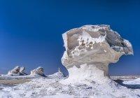 Paesaggio del deserto bianco contro il cielo blu, Egitto — Foto stock