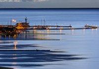 Спокойная морская вода и деревянной пристани, в вечер, Nidden, Куршская коса, Литва — стоковое фото