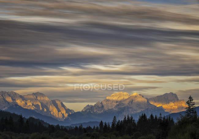 Vista de picos de montañas y árboles en primer plano, Alemania - foto de stock