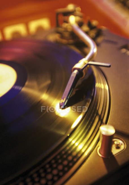 Tocadiscos en disco en el interior en el club - foto de stock