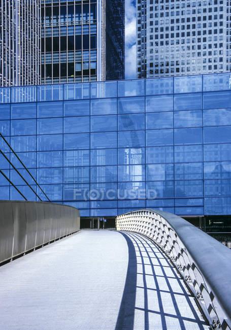 Ponte pedonal em frente ao prédio do escritório moderno — Fotografia de Stock