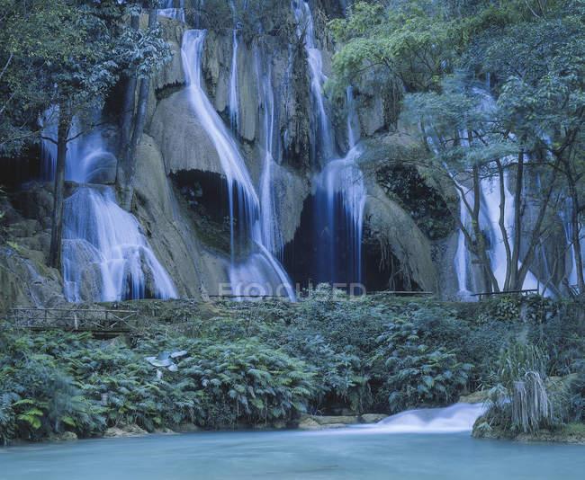 Водопад известняка, Луанг Прабанг, Лаос — стоковое фото