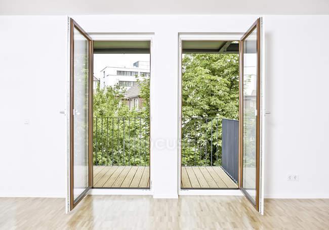 Zwei offene Terrassentüren — Stockfoto