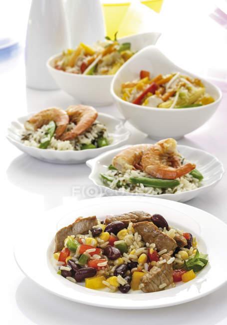Різні страви з рису на тарілки і креманки — стокове фото